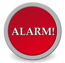 Serrurier qui pose alarmes.